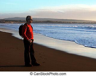 man, het genieten van, ondergaande zon , door, de, oceaan