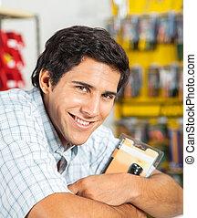 man, het glimlachen, in, hardware winkel