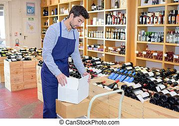 man, het tonen, wijn bottelt, in, winkel