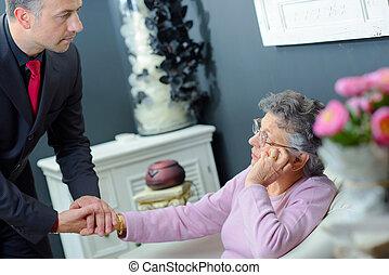 man, holdingen, den, hand, av, en, äldre kvinna