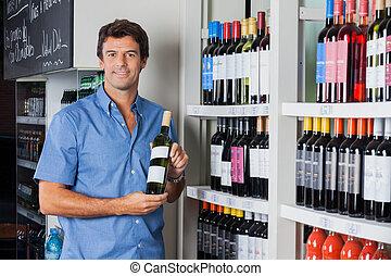 man, holdingsfles, van, alcohol, op, supermarkt
