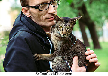 man holds the cat