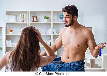 man, in, överdimensionerad, byxor, in, viktförlust, begrepp, med, flickvän, wisconsin