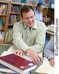 man, in, bibliotheek, met, twee mensen, uit, van, grit, (selective, focus)