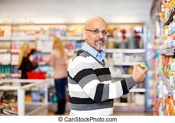 man, in, grocery slaan op