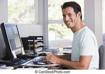 man, in, huvudkontor, användande dator, och, le