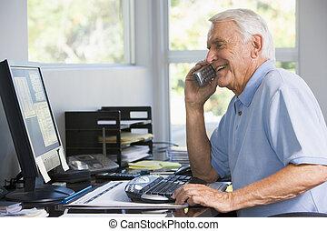 man, in, huvudkontor, på, telefon, användande dator, le