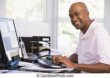 man, in, ministerie van binnenlandse zaken, het gebruiken computer, en, het glimlachen
