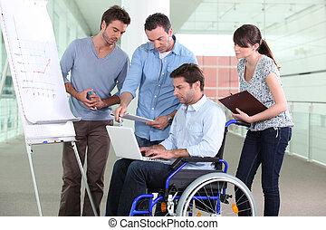 man, in, rullstol, omgiven, av, kolleger