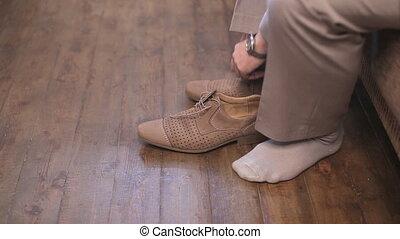 man, in, witte , kousjes, kleed schoenen