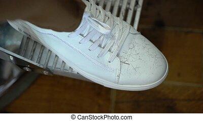 man, in, witte schoenen, gymschoen, zittende , in, barbershop