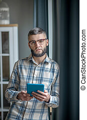man, indoors., stående, glasögon, ung, kompress