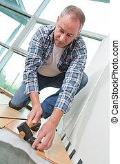 man, installeren, nieuw, laminaat, hout, bevloering, in, probleem, gebied