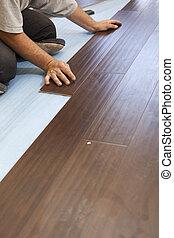 man, installeren, nieuw, laminaat, hout, bevloering