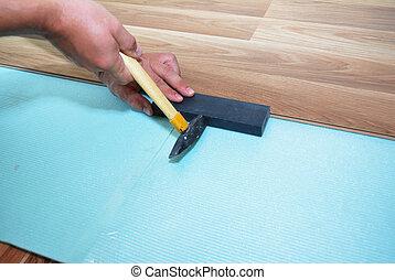 man, installeren, nieuw, laminaat, hout, flooring., arbeider, installeren, houten, laminaat, flooring., stap, door, step.