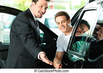 man, köpande bil, från, affärsbiträde