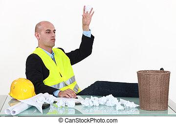 man, kastande tidning, in, avfallcan