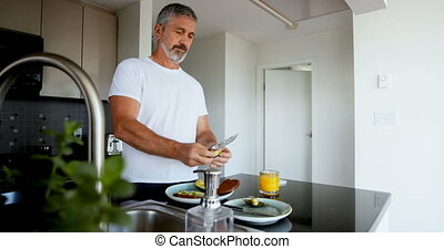 man, keuken, ontbijt, het bereiden, 4k