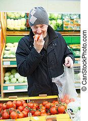 man, kies, groentes, in, supermarkt, winkel