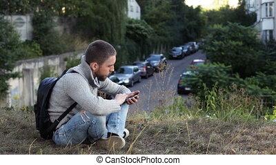 man, kijken naar, de, smartphone