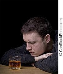 man, kijken naar, een, glas, van, whisky