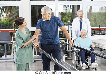 man, kijken naar, fysiotherapeut, terwijl, arts, voortvarend, vrouw, in, whe