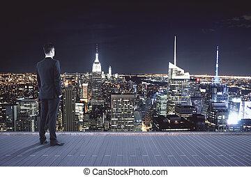 man, kijken naar, nacht, stad