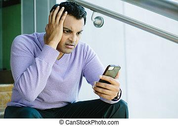 man, kijken naar, slecht nieuws, op, cellphone