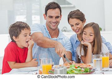 man, klippande, a, pizza, för, hans, familj
