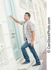 Man knocking at a door arrive