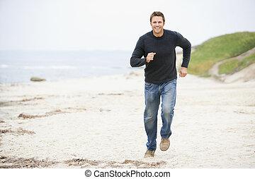 man lopend, op, strand, het glimlachen