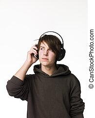 man, luisteer naar muziek