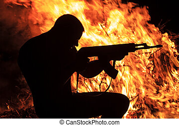 man, med, a, gevär, på, a, bakgrund, av, eld