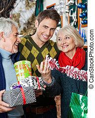 man, med, föräldrar, inköp, in, jul, lager