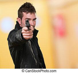 man, med, läderjacka, pekande, med, gevär