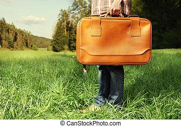 man, med, resa väska, stående, på, grön gräsmatta