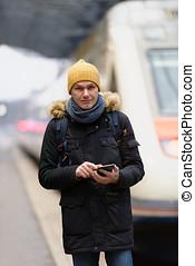 man, med, smartphone, på, a, öva station