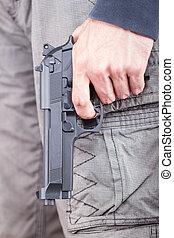 man, met, geweer, vrijetijdskleding, brandpunt, op, de, geweer