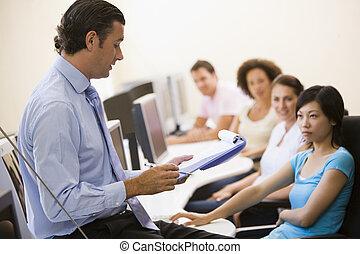 man, met, klembord, het bezorgen spreekbeurt, in, de klasse van de computer