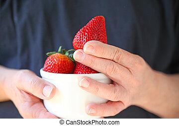 man, met, kom van aardbeien