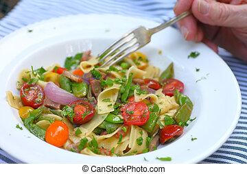 man, met, kom van de pasta, met, groentes