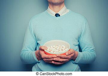 man, met, kom van popcorn