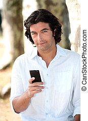 man, met, mobiele telefoon