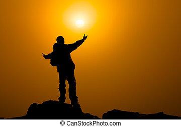 man, met, uitgebreide wapens, naar, hemel, op, zonopkomst, of, gebed, concept