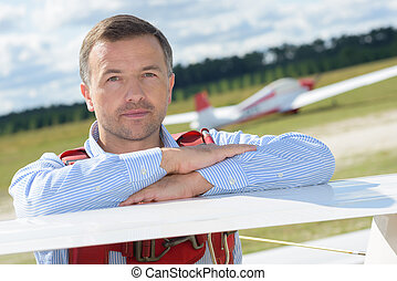 man, met, zweegvliegtuig