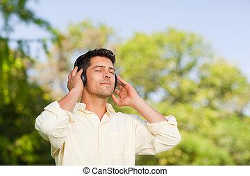 man, musik lyssna, parkera