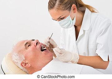 man, ondergaan, tandkundige behandeling