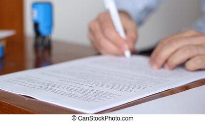 man, ondertekening, en, het stempelen, documenten