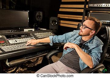 man, op, vermengende console, in, muziek, opnamestudio