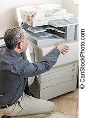 man, opening, fotokopieerapparaat, in, kantoor